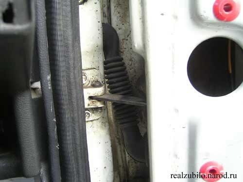 Сверлили дырки в двери авто